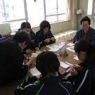 写真:生徒と先生で裁縫