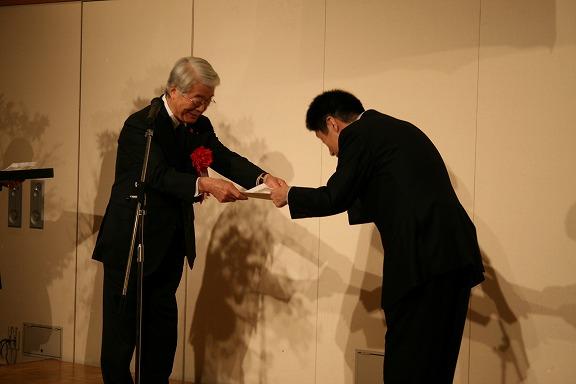 写真:矢田市長より賞状
