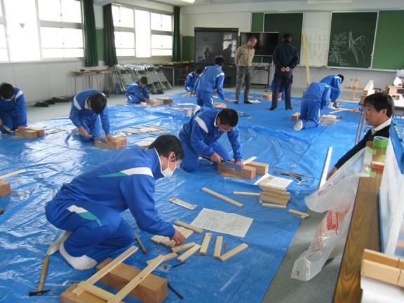 写真:木材を組み立てる生徒さん